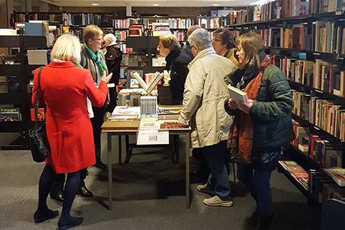 Foto van bezoekers in een Books 4 Life winkel
