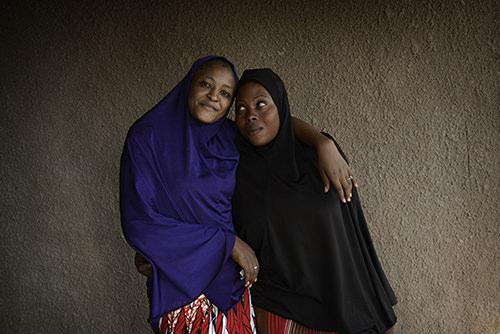 Foto van twee jonge vrouwen met een hoofddoek om