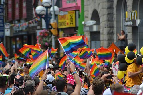 Foto van de gay pride met regenboog vlaggen